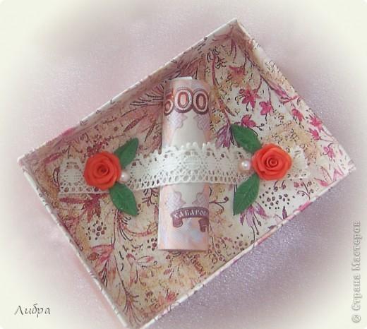 Сестра собралась на свадьбу к подрудке, вот решили сделать подарочную коробочку. Цветы и листики из пластики. фото 2