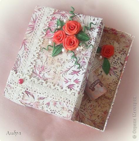 Сестра собралась на свадьбу к подрудке, вот решили сделать подарочную коробочку. Цветы и листики из пластики. фото 3