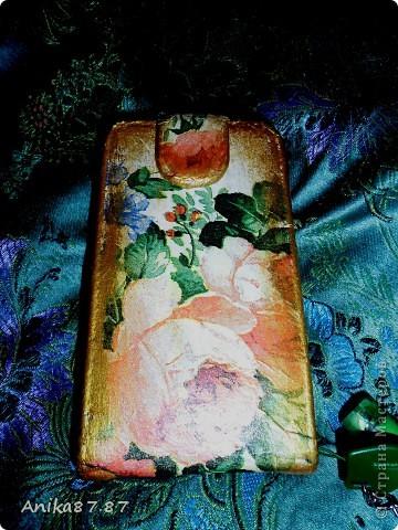 Не так давно моя доча, накрасив свои ноготочки ядрено розовым лаком, решила послушать музыку на моем телефоне и конечно же испачкала весь чехол. фото 2