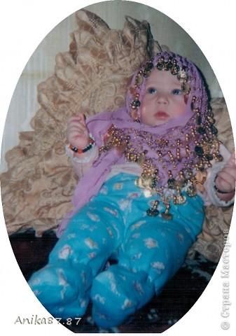 Сегодня рылась в закромах компа и нашла вот такие фото моей дочки решила и вам показать наши с ней фото-сессии. Сдесь как будто молится по мусульмански. Мне это фото потом увеличили в полиграфии добавили на фон облака и Кабу в Мекке, а внизу календарь. фото 1