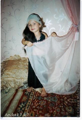 Сегодня рылась в закромах компа и нашла вот такие фото моей дочки решила и вам показать наши с ней фото-сессии. Сдесь как будто молится по мусульмански. Мне это фото потом увеличили в полиграфии добавили на фон облака и Кабу в Мекке, а внизу календарь. фото 10