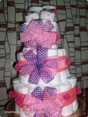 Вот такой подарок на рождение ребеночка получился)))Торт из памперсов. Внутри бутылка шампанского украшенная декупажем,я её забыла сфоткать,а торт уже уехал.))) фото 1