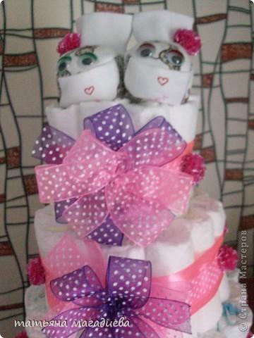 Вот такой подарок на рождение ребеночка получился)))Торт из памперсов. Внутри бутылка шампанского украшенная декупажем,я её забыла сфоткать,а торт уже уехал.))) фото 2