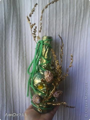 Бутылочка обклеена парчой( на ПВА) + ракушки + сухие травы, забрызганные золотой краской фото 1