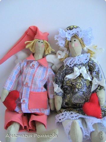 Эти сплюшки сшиты специально в подарок  моей маме - большой поклонницы моего творчества)))), у нее сегодня день рождения.  Очень похожи на моих предыдущих с той лишь разницей, что подушечки у них в виде красных сердечек, как частичка моей любви к маме..... На мой взгляд, в таких одежках мои Сплюшкины наиболее красивы)