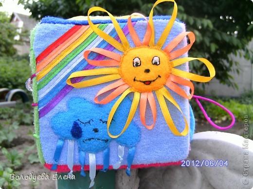 Вот такой кубик я пошила своему сыночку на 9-ом месяце беременности:) Кубик не маленький- ребра 15х15см вот первая сторона- ДЕНЬ :  обучение цветам по радуге, солнышко и тучка, и эмоции- радость и грусть. фото 1