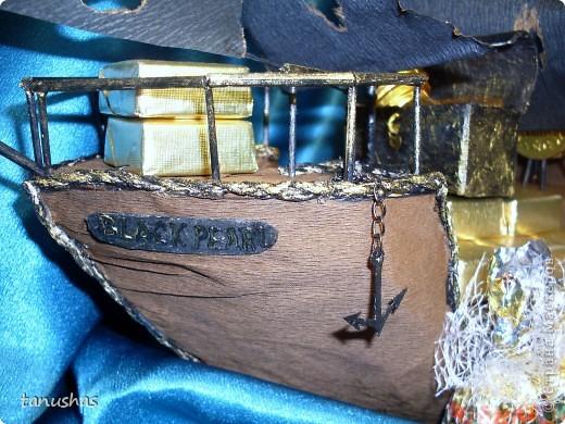 """Доброго всем времени суток! Бродила я как-то неделю назад по просторам Страны и совершенно случайно на меня напал и сразил наповал Пиратский корабль """"Николя"""" Елены Франскевич  http://stranamasterov.ru/node/359344#comment-4291240 Мысли были взяты в плен! В голове заплясало """"хочу хочу хочу"""", тем более всё так просто ( :) ну здесь всё как всегда, """"просто"""" со стороны оказалось с подводными камнями на деле). И совершенно кстати пришелся день рождения мужа на сегодня. Так что желание, повод и возможности счастливо нашли друг друга и помчались с помощью меня воплощаться в пиратский сладкий сюрприз для любимого. Он конечно же видел все мои творилки, но такого точно не ожидал! Не задавалась целью копировать корабль Лены, я его слепила, так сказать, из того, что было :) Специально покупала только лист пеноплекса, черную гофру и конфетки, все остальные детальки наскребала по сусекам. Результат работы четырех дней во время дневного сна моего малька: фото 3"""