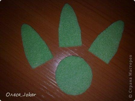 Решила поделиться МК по созданию такого браслета. Для браслета длиной 20 см нам потребуется: Шерсть для валяния красного, желтого и синего цвета (цвета можно выбирать любые) Вода, мыло Иголка, ножницы, полотенце, терка. Для цветка: 1 синий лоскут флиса, 1 зеленый, 1 белый, 1 черный. Нитки зеленые, черные.  Шпажка, клей, ножницы. Ну что ж, приступим. фото 29