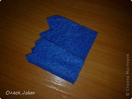 Решила поделиться МК по созданию такого браслета. Для браслета длиной 20 см нам потребуется: Шерсть для валяния красного, желтого и синего цвета (цвета можно выбирать любые) Вода, мыло Иголка, ножницы, полотенце, терка. Для цветка: 1 синий лоскут флиса, 1 зеленый, 1 белый, 1 черный. Нитки зеленые, черные.  Шпажка, клей, ножницы. Ну что ж, приступим. фото 22