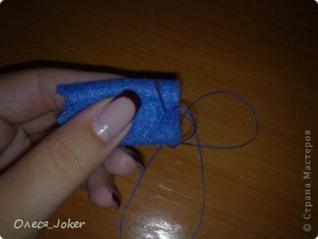 Решила поделиться МК по созданию такого браслета. Для браслета длиной 20 см нам потребуется: Шерсть для валяния красного, желтого и синего цвета (цвета можно выбирать любые) Вода, мыло Иголка, ножницы, полотенце, терка. Для цветка: 1 синий лоскут флиса, 1 зеленый, 1 белый, 1 черный. Нитки зеленые, черные.  Шпажка, клей, ножницы. Ну что ж, приступим. фото 24