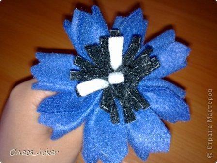Решила поделиться МК по созданию такого браслета. Для браслета длиной 20 см нам потребуется: Шерсть для валяния красного, желтого и синего цвета (цвета можно выбирать любые) Вода, мыло Иголка, ножницы, полотенце, терка. Для цветка: 1 синий лоскут флиса, 1 зеленый, 1 белый, 1 черный. Нитки зеленые, черные.  Шпажка, клей, ножницы. Ну что ж, приступим. фото 28