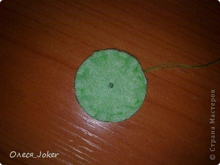 Решила поделиться МК по созданию такого браслета. Для браслета длиной 20 см нам потребуется: Шерсть для валяния красного, желтого и синего цвета (цвета можно выбирать любые) Вода, мыло Иголка, ножницы, полотенце, терка. Для цветка: 1 синий лоскут флиса, 1 зеленый, 1 белый, 1 черный. Нитки зеленые, черные.  Шпажка, клей, ножницы. Ну что ж, приступим. фото 30