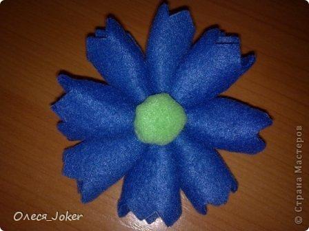 Решила поделиться МК по созданию такого браслета. Для браслета длиной 20 см нам потребуется: Шерсть для валяния красного, желтого и синего цвета (цвета можно выбирать любые) Вода, мыло Иголка, ножницы, полотенце, терка. Для цветка: 1 синий лоскут флиса, 1 зеленый, 1 белый, 1 черный. Нитки зеленые, черные.  Шпажка, клей, ножницы. Ну что ж, приступим. фото 33