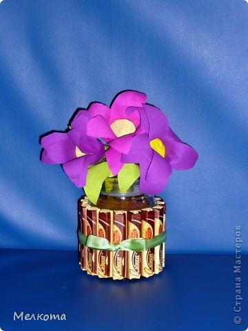 На юбилей своей бабушки решила, помимо прочего, привезти ей баночку с кофе.  Цветы из гофрированной бумаги. В сердцевине цветов конфетки, завернутые в гофр.бумагу. По-моему, симпатично получилось.