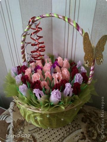 корзинка с цветами из бумаги(внутри конфеты) фото 1