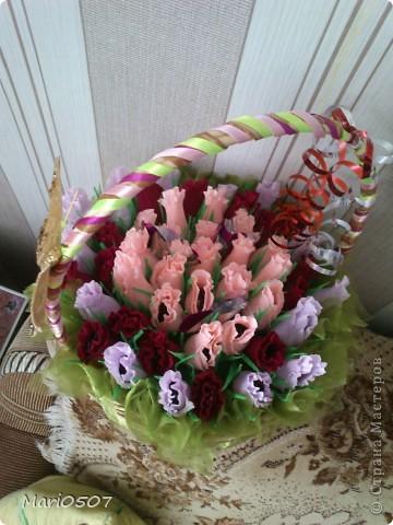 корзинка с цветами из бумаги(внутри конфеты) фото 2