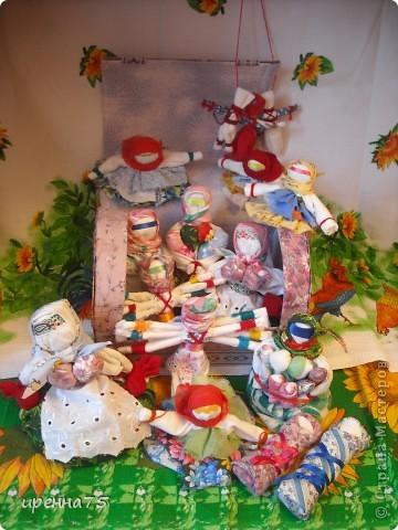 """Для размещения тряпичных кукол http://stranamasterov.ru/node/374831#comment-4320233  нам понадобился сундук. Ведь именно в сундуках наши бабушки хранили свои """"сокровища"""". Я взяла старый картонный сундучок из-под новогоднего подарка. Каким он был изначально - не сфотографировала. фото 5"""