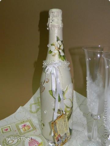Эту бутылочку делала на заказ(просили,чтоб была простой,без сердечек, голубей и и.т.д и т.п) Вот,что у меня получилось-заказчице понравилась. Бокальчики для антуража,они еще в работе,вернее,только в начале.... фото 4