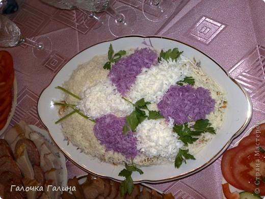 """САЛАТ"""" МОРСКОЕ ДНО"""" крабовые палочки, кукуруза, свежий огурец, креветки, мидии, кальмары, рис, яйца вареные, маслины, икра красная (для украшения), майонез, петрушка (для украшения), соль, перец по вкусу.  Все ингредиенты режем кубиками или соломкой(по вкусу),перемешиваем с майонезом. В центр тарелки ставим стакан, вокруг формируем салат. После оформления стакан аккуратно вынимаем.Центр оставляем свободным или же украшаем,как на фото. фото 4"""