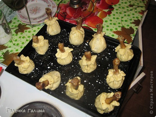 """САЛАТ"""" МОРСКОЕ ДНО"""" крабовые палочки, кукуруза, свежий огурец, креветки, мидии, кальмары, рис, яйца вареные, маслины, икра красная (для украшения), майонез, петрушка (для украшения), соль, перец по вкусу.  Все ингредиенты режем кубиками или соломкой(по вкусу),перемешиваем с майонезом. В центр тарелки ставим стакан, вокруг формируем салат. После оформления стакан аккуратно вынимаем.Центр оставляем свободным или же украшаем,как на фото. фото 5"""