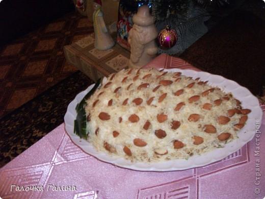 """САЛАТ"""" МОРСКОЕ ДНО"""" крабовые палочки, кукуруза, свежий огурец, креветки, мидии, кальмары, рис, яйца вареные, маслины, икра красная (для украшения), майонез, петрушка (для украшения), соль, перец по вкусу.  Все ингредиенты режем кубиками или соломкой(по вкусу),перемешиваем с майонезом. В центр тарелки ставим стакан, вокруг формируем салат. После оформления стакан аккуратно вынимаем.Центр оставляем свободным или же украшаем,как на фото. фото 7"""