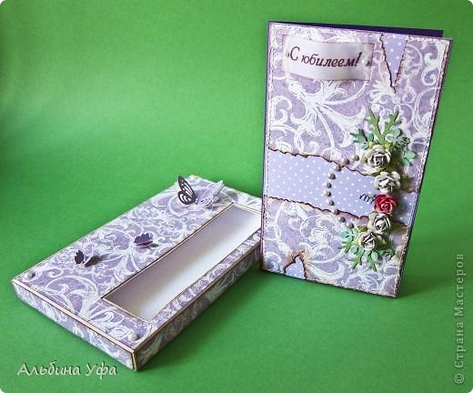 Добрый вечер всем жителям СМ!Сегодня хочу Вам показать сиреневый комплект:открытка в коробочке.Делала на солидный юбилей женщине.Использовала дизайнерский картон,скрапбумагу,полубусины,дырокольности и покупные цветочки. фото 2