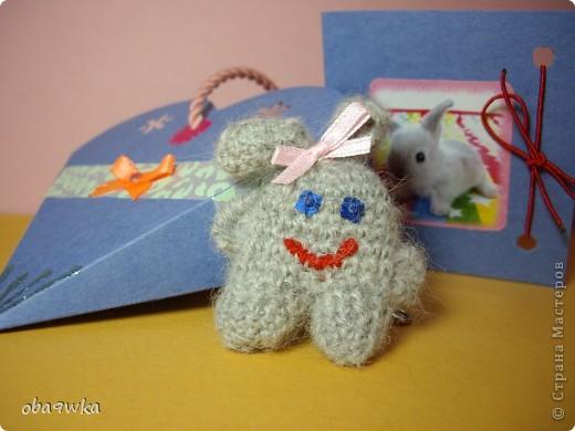 В состав набора входят: брелок- зайчик, открыточка и подарочная сумочка)) фото 3