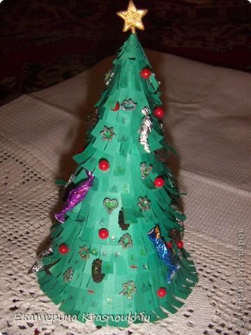 Ёлка из макарон для детского сада. Идея из просторов интернета. Окрашена акриловой краской, шишки ольховые, украшения из самозасыхающей массы для лепки, бусины, опять же макароны :) фото 3