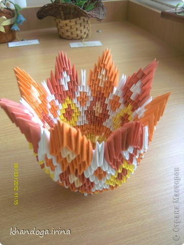 Долго присматривалась к работам в технике модульное оригами. Выношу на ваш суд свои работы Конфетница фото 1