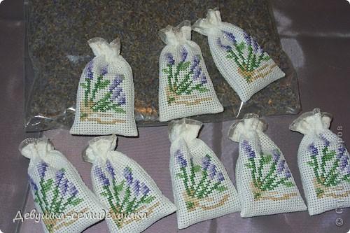 Саше - подушечка с ароматизаторами, предназначенная для ароматизации белья или отпугивания моли. Так как свадьба дочери планируется в лавандовом стиле, то саше содержит цветы лаванды. фото 10