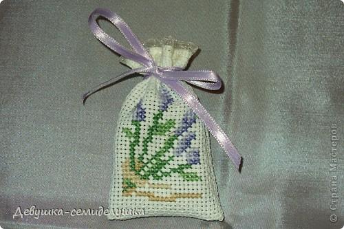 Саше - подушечка с ароматизаторами, предназначенная для ароматизации белья или отпугивания моли. Так как свадьба дочери планируется в лавандовом стиле, то саше содержит цветы лаванды. фото 11