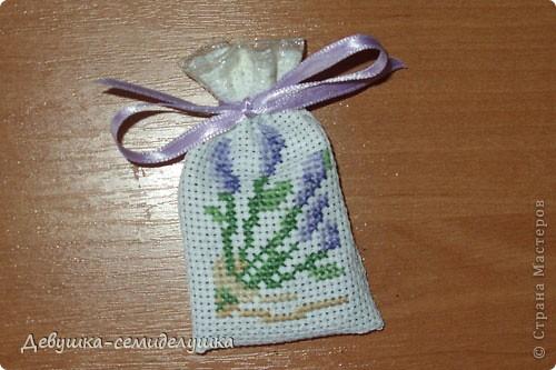 Саше - подушечка с ароматизаторами, предназначенная для ароматизации белья или отпугивания моли. Так как свадьба дочери планируется в лавандовом стиле, то саше содержит цветы лаванды. фото 1