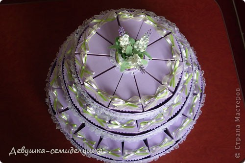 Не так давно на сельских свадьбах пекли шишки — сдобные булочки, которые раздавались каждому гостю на память. Люди верили, что молодые делятся с ними своим счастьем и теплом любви. Но все меняется, и вот к нам пришла красивая западная традиция делать бонбоньерки для гостей. В классическом понимании бонбоньерка — маленькая изящная коробочка для конфет, затейливо украшенная. Мы решили вместо конфет положить лавандовые саше http://stranamasterov.ru/node/375057. Коробочки сложены в виде кусочков торта. Эту идею я взяла у Татьяны Грошевой http://stranamasterov.ru/node/160727?c=favorite фото 37