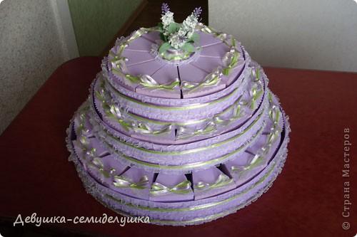 Не так давно на сельских свадьбах пекли шишки — сдобные булочки, которые раздавались каждому гостю на память. Люди верили, что молодые делятся с ними своим счастьем и теплом любви. Но все меняется, и вот к нам пришла красивая западная традиция делать бонбоньерки для гостей. В классическом понимании бонбоньерка — маленькая изящная коробочка для конфет, затейливо украшенная. Мы решили вместо конфет положить лавандовые саше http://stranamasterov.ru/node/375057. Коробочки сложены в виде кусочков торта. Эту идею я взяла у Татьяны Грошевой http://stranamasterov.ru/node/160727?c=favorite фото 30