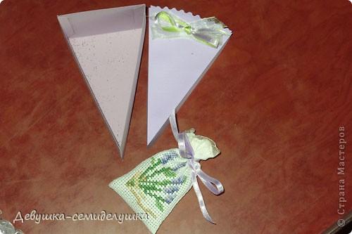 Не так давно на сельских свадьбах пекли шишки — сдобные булочки, которые раздавались каждому гостю на память. Люди верили, что молодые делятся с ними своим счастьем и теплом любви. Но все меняется, и вот к нам пришла красивая западная традиция делать бонбоньерки для гостей. В классическом понимании бонбоньерка — маленькая изящная коробочка для конфет, затейливо украшенная. Мы решили вместо конфет положить лавандовые саше http://stranamasterov.ru/node/375057. Коробочки сложены в виде кусочков торта. Эту идею я взяла у Татьяны Грошевой http://stranamasterov.ru/node/160727?c=favorite фото 13