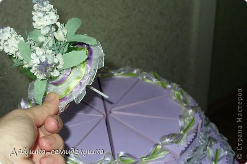 Не так давно на сельских свадьбах пекли шишки — сдобные булочки, которые раздавались каждому гостю на память. Люди верили, что молодые делятся с ними своим счастьем и теплом любви. Но все меняется, и вот к нам пришла красивая западная традиция делать бонбоньерки для гостей. В классическом понимании бонбоньерка — маленькая изящная коробочка для конфет, затейливо украшенная. Мы решили вместо конфет положить лавандовые саше http://stranamasterov.ru/node/375057. Коробочки сложены в виде кусочков торта. Эту идею я взяла у Татьяны Грошевой http://stranamasterov.ru/node/160727?c=favorite фото 36