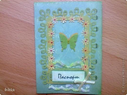 Очередная обложка на паспорт. Использовала скрап-бумагу (выписала в интернет-магазине, довольнёхонька), дырокольные бабочки и цветочки. фото 1