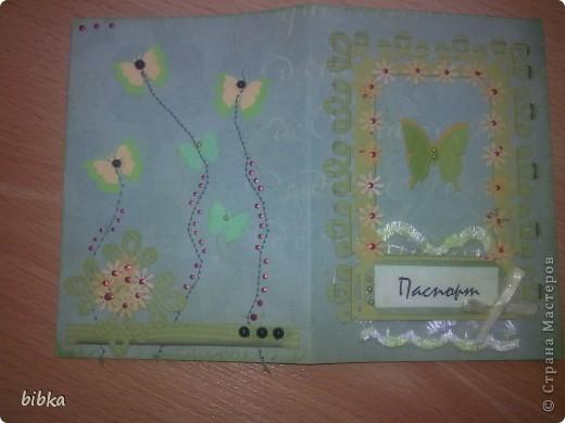Очередная обложка на паспорт. Использовала скрап-бумагу (выписала в интернет-магазине, довольнёхонька), дырокольные бабочки и цветочки. фото 3
