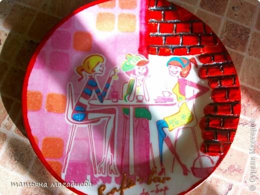 Здравствуйте жители СМ,выставляю на ваш суд тарелочку. Хотелось бы услышать ваше мнение,делала я её для кухни в которой кухонный гарнитур с красными дверками.Как вы считаете,подойдет или нет? фото 4
