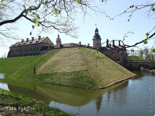В этих замках жили поколения  Радзиви́ллов  —  это богатейший в Великом княжестве Литовском род,  испросивший для себя княжеский титул Священной Римской империи. Родовой герб «Трубы» . При заключении на Городельском сейме Радзивиллы получили герб Сулима, но в связи с переходом украинских земель в состав польского королевства, отослали его в Польшу. Девиз рода «Bóg nam radzi» («Нам советует Бог»). Общий герб Радзивиллов — Три охотничьих трубы в золотой оправе на лазуревом щите, в нашлемнике над короной семь страусовых перьев. Радзивиллы имели огромные земельные владения на территории современных Республики Беларусь, фото 2
