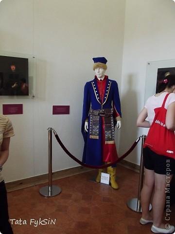 В этих замках жили поколения  Радзиви́ллов  —  это богатейший в Великом княжестве Литовском род,  испросивший для себя княжеский титул Священной Римской империи. Родовой герб «Трубы» . При заключении на Городельском сейме Радзивиллы получили герб Сулима, но в связи с переходом украинских земель в состав польского королевства, отослали его в Польшу. Девиз рода «Bóg nam radzi» («Нам советует Бог»). Общий герб Радзивиллов — Три охотничьих трубы в золотой оправе на лазуревом щите, в нашлемнике над короной семь страусовых перьев. Радзивиллы имели огромные земельные владения на территории современных Республики Беларусь, фото 4