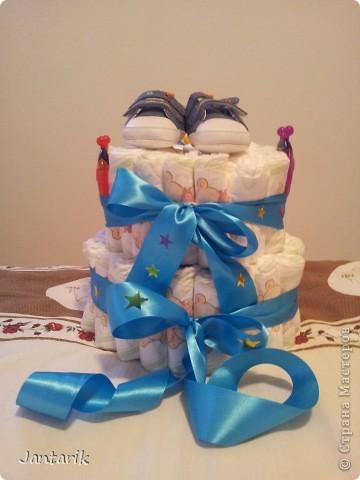 У моей подруги родился внук, долго думала что подарить.Пройдясь по страницам СМ в поисках идей увидела как девочки делали тортики из памперсов. Так и появился мой тортик.Это уже в упаковке. фото 5
