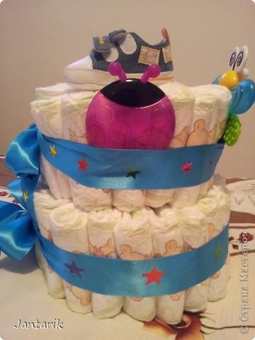 У моей подруги родился внук, долго думала что подарить.Пройдясь по страницам СМ в поисках идей увидела как девочки делали тортики из памперсов. Так и появился мой тортик.Это уже в упаковке. фото 2