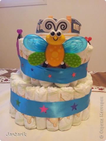 У моей подруги родился внук, долго думала что подарить.Пройдясь по страницам СМ в поисках идей увидела как девочки делали тортики из памперсов. Так и появился мой тортик.Это уже в упаковке. фото 3