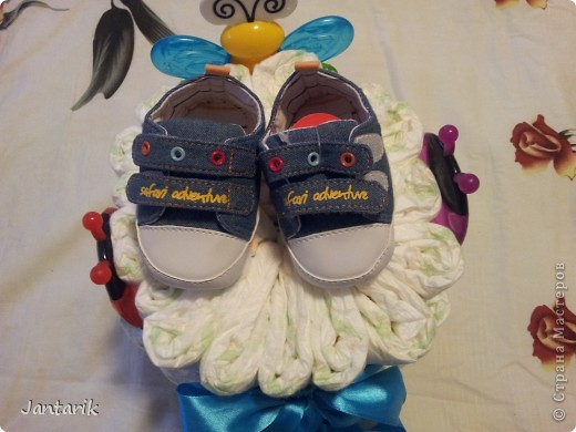 У моей подруги родился внук, долго думала что подарить.Пройдясь по страницам СМ в поисках идей увидела как девочки делали тортики из памперсов. Так и появился мой тортик.Это уже в упаковке. фото 4