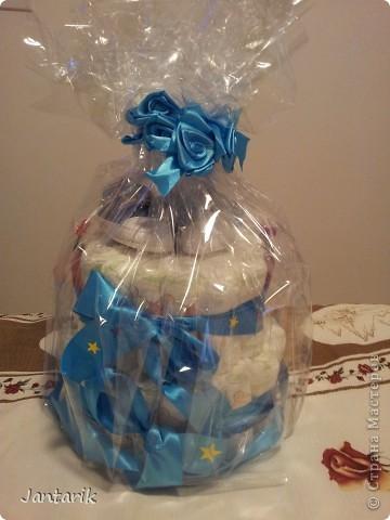 У моей подруги родился внук, долго думала что подарить.Пройдясь по страницам СМ в поисках идей увидела как девочки делали тортики из памперсов. Так и появился мой тортик.Это уже в упаковке. фото 6