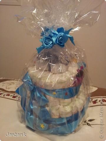 У моей подруги родился внук, долго думала что подарить.Пройдясь по страницам СМ в поисках идей увидела как девочки делали тортики из памперсов. Так и появился мой тортик.Это уже в упаковке. фото 1