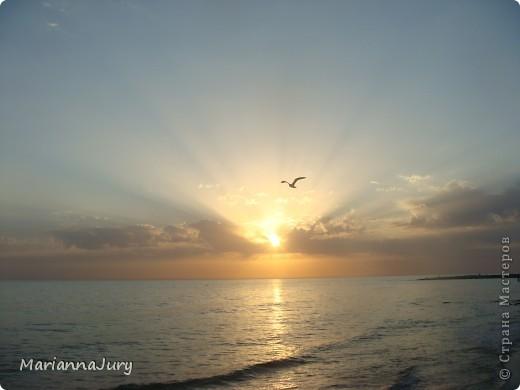 Когда  спадает дневная жара, многие  жители Актау идут на берег моря ...Кто-то прогуливается просто так, кто-то наблюдает за тем, как солнце садится... А кто-то просто заряжается позитивом для следующего дня... фото 2