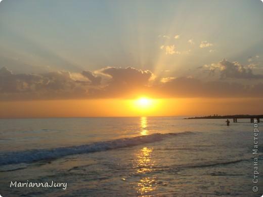 Когда  спадает дневная жара, многие  жители Актау идут на берег моря ...Кто-то прогуливается просто так, кто-то наблюдает за тем, как солнце садится... А кто-то просто заряжается позитивом для следующего дня... фото 3