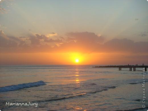 Когда  спадает дневная жара, многие  жители Актау идут на берег моря ...Кто-то прогуливается просто так, кто-то наблюдает за тем, как солнце садится... А кто-то просто заряжается позитивом для следующего дня... фото 4